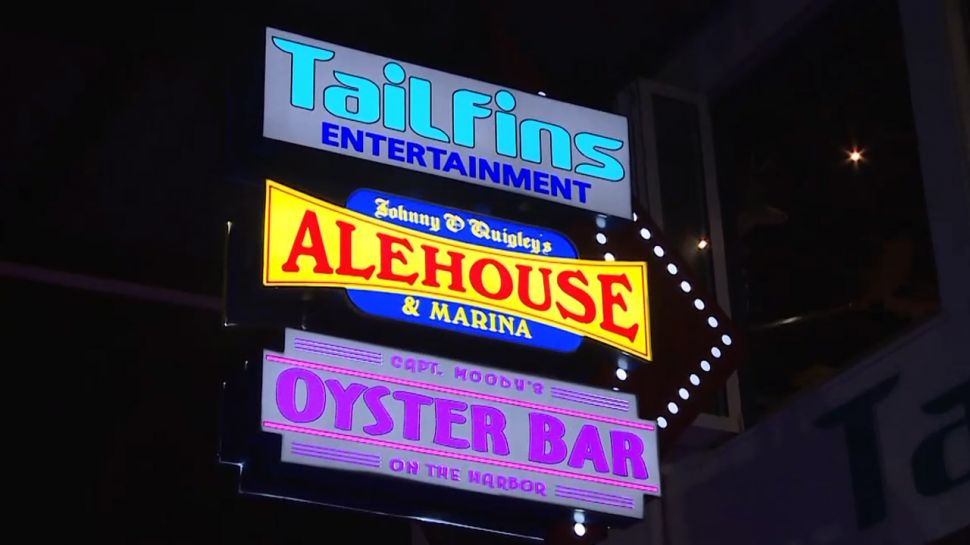 Tailfins Ale House & Oyster Bar - Nightlife